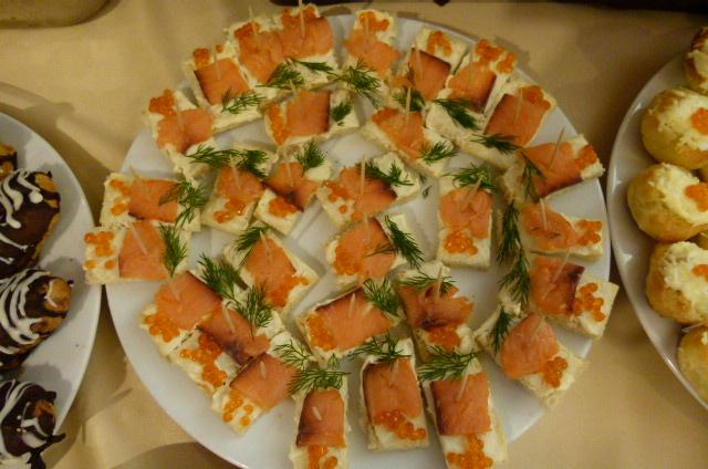 Канапе с малосоленой сёмгой, плавленым сыром и икрой лосося